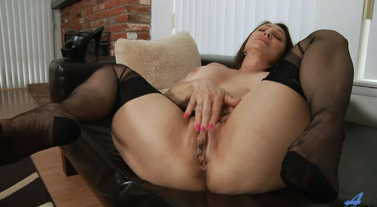 Mature mom solo masturbation